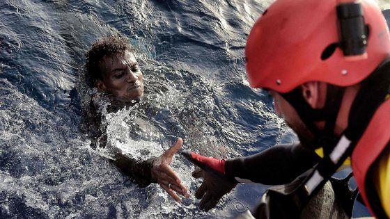 La nave di salvataggio Astral è entrata in azione al largo delle coste libiche per soccorrere i migranti in fuga da Eritrea, Somalia, Etiopia. Ad