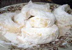 Tips resep putri salju yang lembut dan lumer di mulut dengan bahan sederhana adalah cara membuat adonan kue salju tepung diayak sampai halus spesial
