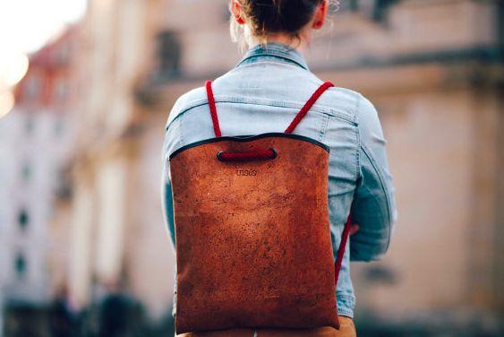 Korktasche, die man auch als Korkrucksack tragen kann.