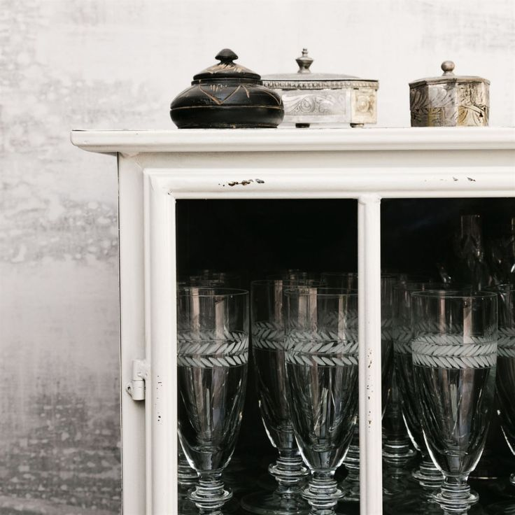 Vitrinskåp. I plåtskåpet från House doctor förvarar Helena alla sina vackra glas. Hon samlar också på dosor, askar och burkar i silver och trä.