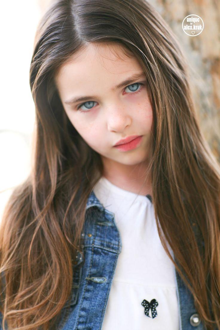 Lilly Kruk, девочка, волосы темные, глаза голубые, 2xx