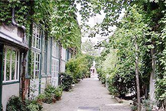 Le musée du Montparnasse est tapi dans une impasse bordée de verdure, qui fut le lieu de rencontre des plus grands artistes du siècle : Picasso, Modigliani, Chagall, Hemingway... On s'y promène le nez au vent, puis on découvre le petit musée constitué des ateliers reliés les uns aux autres. La bohème là où on ne l'attend pas.  Musée du Montparnasse 21 Avenue du Maine, 75015 Paris Montparnasse / Bienvenue