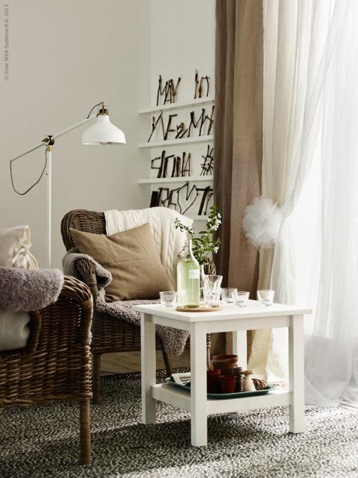 AINA gardinpar i 100% lin finns i vitt, natur, rosa och grått och släpper igenom dagsljus men skärmar av direkt solljus. MATILDA gardinpar i skir och tunn bomull passar bra för en lager-på-lager lösning. BYHOLMA fåtölj, RANARP golv/läslampa, BASNÄS ullmatta, LUDDE fårskinn, URSULA pläd, URSULA kuddfodral, HEMNES sidobord.