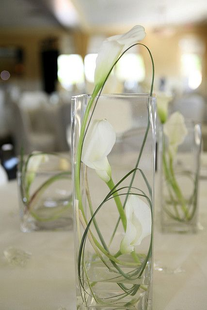 simple calla lily centerpiece www.SocietyOfWomenWhoLoveShoes.org Twitter @ThePowerofShoes
