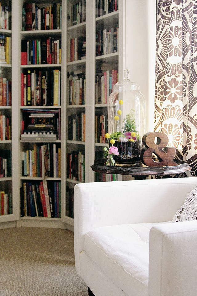 i would love to have a corner of my house look like this. cozy :)