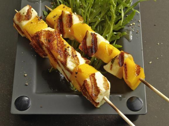 Mango-Halloumi-Spieße auf Rucolasalat http://www.fuersie.de/kochen/grillrezepte/artikel/rezept-mango-halloumi-spiesschen