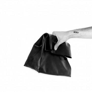 Limitowana torba skórzana wykonana ze sztywnej, czarnej, lakierowanej skóry.    Zapinana na zapięcie magnetyczne.  W środku worek-serce torby.    wymiary:  wysokość 39.5cm  podstawa 31cm x 11.5cm    materiał:  skóra naturalna