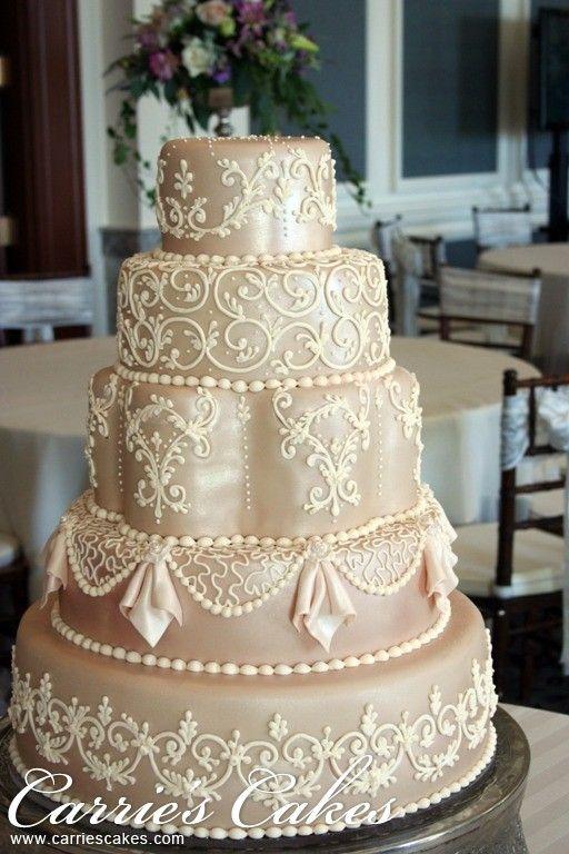 Torta de bodas de color marfil y decoración de encaje.