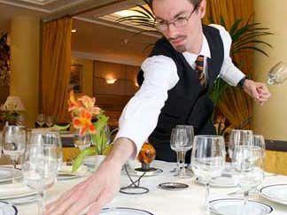 Selon la taille de l'établissement qui l'emploie, l'employé de restaurant, relais entre la cuisine et la salle de restaurant, peut endosser une partie ou la totalité du rôle de serveur, de chef de rang, de maître d'hôtel...