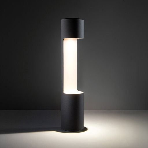 Outdoor butler George creates an atmospheric, indirect light which emanates from the upper housing and glides along the inside. #george #supermodular