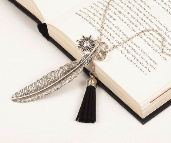 Magnifique collier plume argenté. Collier plume monté sur une chaîne argentée de 65cm. La Plume mesure 7cm.