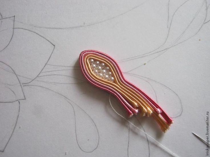 Материалы: 1. Сутаж 3мм — 4 цвета; 2. Бусины разной формы: - круглая 3мм — 2 цвета; - рис 6х12мм; - 'под жемчуг' 10мм — 2 цвета; - бусина для серединки цветка 3. Кожа; 4. Дублирин; 5. Нитки, иглы, клей 'Момент-кристалл'. Этап 1 — эскиз. Эскиз я рисую схематичный, потому что в ходе работы возможны отступления, иногда сам сутаж предлагает интересный ход, от которого не хочется отказываться.