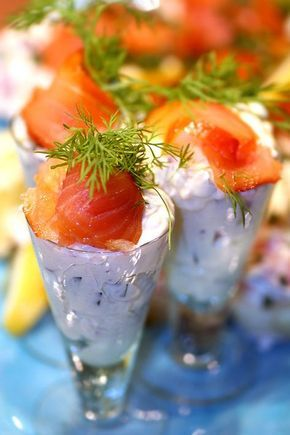 Vi fortsätter lite i fiskens tecken... En festligt förrätt med laxröra i snapsglas, passar utmärkt som entrérätt till skaldjurskvällen eller som en del av plockmaten på en buffé. När skördefesten k...