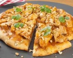Pizza poulet au curry et ananas : http://www.cuisineaz.com/recettes/pizza-poulet-au-curry-et-ananas-14120.aspx
