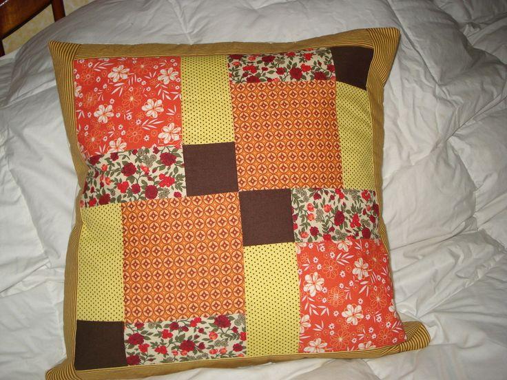 Capa para almofada em patchwork. Pode ser feita sob encomenda de cores variadas. Tempo de confecção de 3 dias.