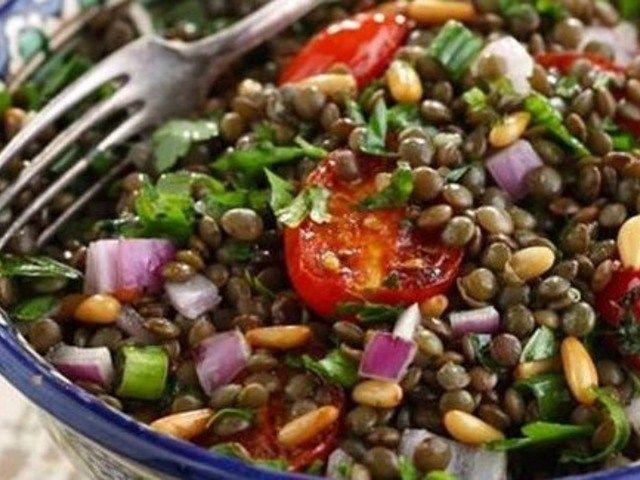 Чечевичный салат по Средиземноморски http://feedproxy.google.com/~r/anymenu/hMaC/~3/afD-_xYiEjQ/  Попробуйте приготовить закуску из чечевицы, добавляя сыр фету, красный лук, сочные помидоры, сладкий перец. Для пикантного вкуса используется чеснок, а заправочный соус делается на основе оливкового масла. Если исключить из рецепта сыр, получится очень даже вкусное и полезное постное блюдо.
