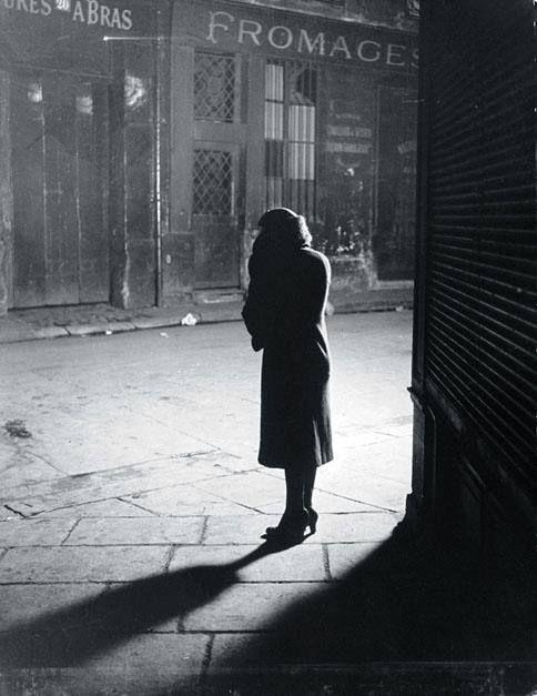 George Brassai. París, 1928.  Prostituta callejera