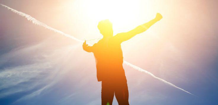 Zákon príťažlivosti pracuje ako obrovská kopírka a vracia vám presne to, čo si myslíte a cítite. Ak sa vám v živote objavia okolnosti, ktoré si neželáte, potom je isté, že si väčšinu času neuvedomujete svoje myšlienky a pocity. Uvedomujte si svoje pocity, a keď príde zlý pocit, zastavte sa a zmeňte to. Ako? Myslite na to, čo vám vráti dobrý pocit. Pamätajte si, že myslieť pozitívne a cítiť sa zle nie je možné, lebo pocity sú dôsledkom myšlienok.
