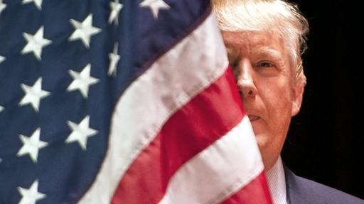 """Der künftige US-Präsident Trump hat erste Personalentscheidungen gefällt: Stabschef wird Republikaner-Chef Priebus, """"Chefstratege"""" der umstrittene Wahlkampfmanager Bannon. Trump kündigte die Abschiebung von Millionen illegaler Migranten an. Die Proteste gegen ihn gehen weiter.  http://www.tagesschau.de/ausland/trump-priebus-105.html"""
