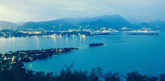 Nieuw in mijn Werk aan de Muur shop: Uitzicht over Gardameer vanaf Rocca di Manerba