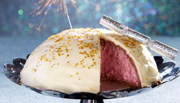 En skøn nytårsmenu skal rundes af med en festlig kage - her får du opskriften på en lækker nytårskage med bærcreme og hvid chokolade.