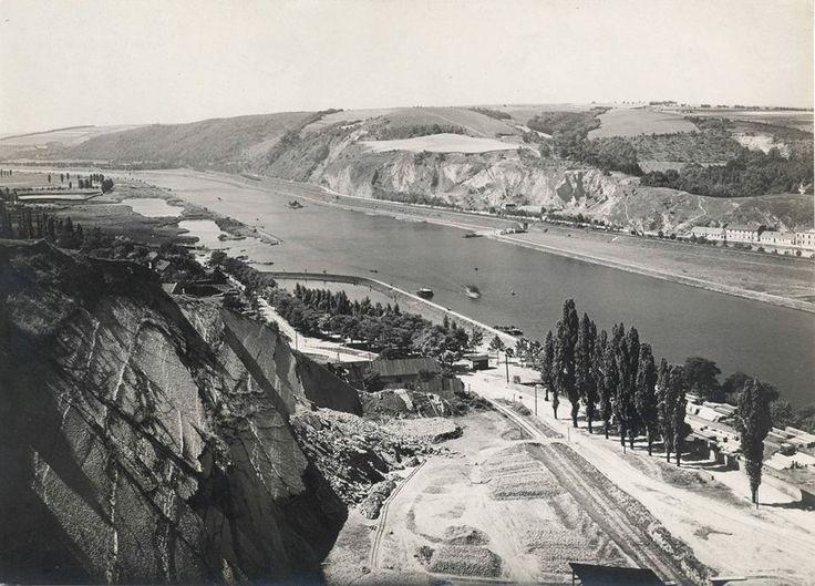 Pohled z branického lomu směrem k Barrandovu kolem roku 1923. Barrandovská skála je ještě na tomto snímku holá. Teprve o pár let později zde...