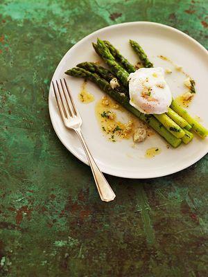 Spargel mit pochiertem Ei, nussbrauner Butter und Trüffel-Pecorino