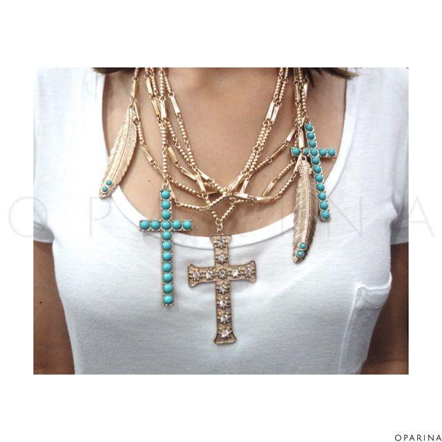 Collar Envejecido Boho de Cruces y Plumas en Oparina. #lookoftheday #look #cross #cruz #feather #pluma #statementnecklace #boho #bohochic #bohemian #madewithstudio