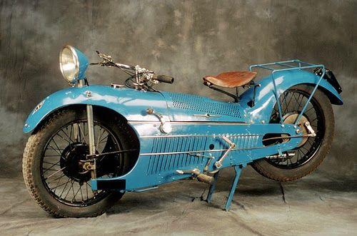 Moto carénée et carrossée comme une voiture ?
