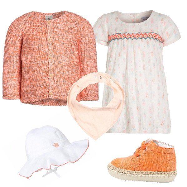 Outfit creato per una neonata composto da vestitino bianco con decorazioni di colore arancione, cardigan arancione, cappellino a tesa larga e scarpine primi passi arancioni con particolare in corda.