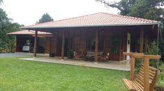 Casa de madeira 01 suite mais dois quartos, cozinha conjugada com sala de teve e estar, area de serviço e garagem com churrasqueira.