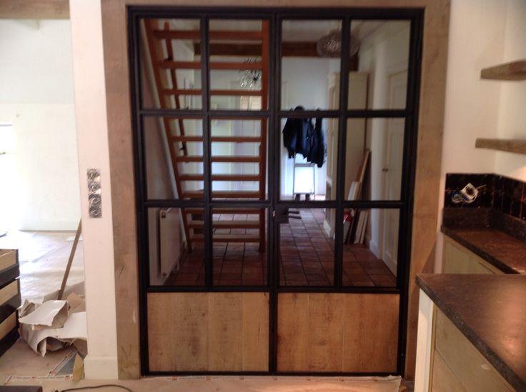 Stalen deuren met eikenhouten panelen.