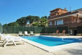 Grote vakantievilla met 6 slaapkamers en 5 badkamers, met privé zwembad, een schitterende tuin met meerdere terrassen en gezellige zitjes, gelegen in een rustige urbanisatie. Zeer geschikt voor meerdere families.