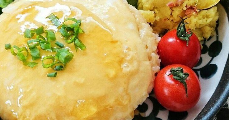 レンジだけで簡単に作れる、とろ〜り卵のあんかけオムライス。1人分ずつ作れるので簡単に済ませたいランチにもオススメです。
