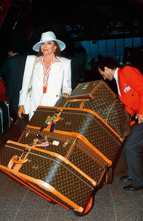Актриса Джоан Коллинз в лондонском аэропорту Хитроу с багажом Louis Vuitton, 1989 год.