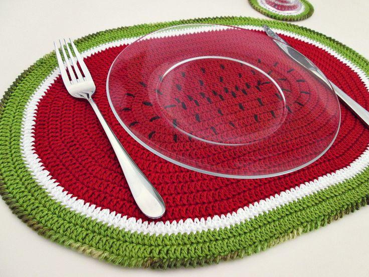 Jogo americano melancia com 2 lugares (coleção Tutti Frutti). <br>Para uma mesa mais divertida e descolada. Acompanha o brinde de 2 lindos porta copos melancia! <br> <br>100% artesanal. <br> <br>Adicione já ao seu carrinho!
