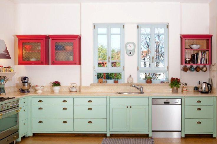Mintgroen en rood = mooi combi voor een keuken, wel met minder witte muren