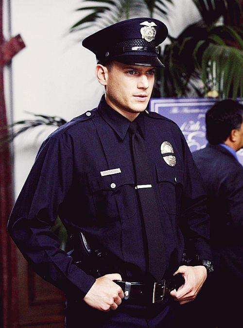 Hij heeft een strenge look, net wat ik nodig heb voor een strenge politieagent.
