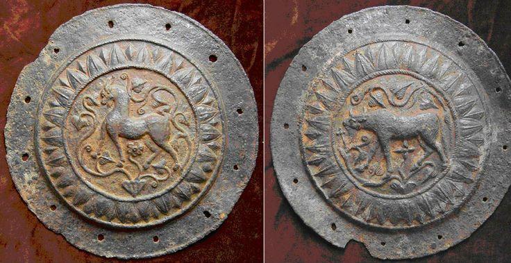 Scuturi cu reliefuri figurate, realizate din tablă de fier, descoperite în cetatea dacică de la Piatra Roşie