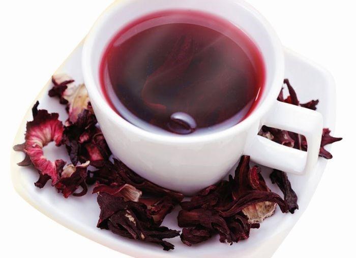 7 benefícios para a sua saúde prometidos pelo chá de hibisco