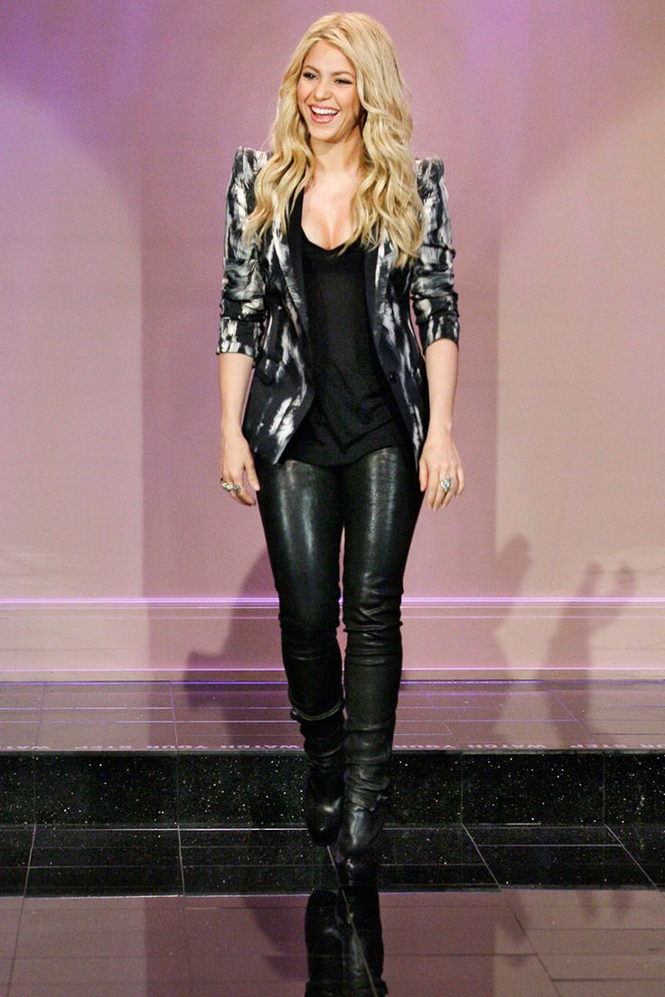 At only 5'2, Shakira knows the best ways to style her petite frame. Check out even more petite styling tips at http://plumsociety.com/