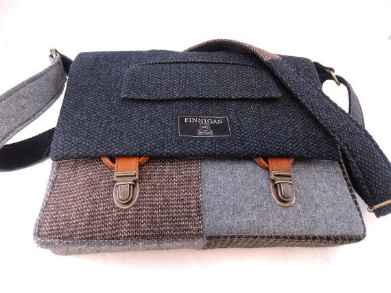 Zeigen Sie Ihre Haltung und Professionalität mit dieser Bote/iPad-Tasche aus recycelten Anzug Mäntel hergestellt. Die Tasche hat zwei Außentaschen unter der Frontklappe. Die Tasche ist gesäumt von schweren Köper Baumwoll-Leinwand. Das Innere hat ein Schaum und Fleece gepolstertes Fach auf der Rückseite der Tasche, die ein iPad passt. Es hat 2 Taschen und eine Stifthalterung sowie die Ihre Extras zu tragen. Die Tasche schließt mit Kofferraum Verriegelungen auf Registerkarten hergestellt aus…