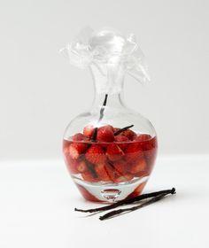 Λικέρ φράουλας: 500 γρ. φράουλες 1 λίτρο βότκα 500 γρ. ζάχαρη 200 γρ. νερό 1 κλωναράκι βανίλιας