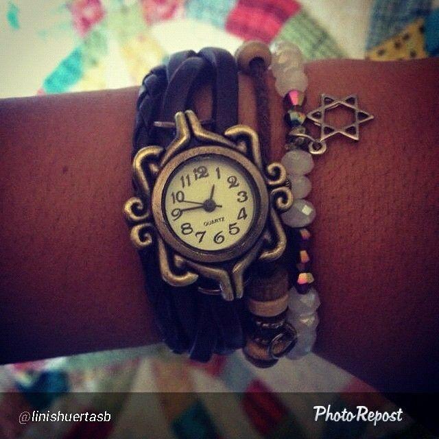 Clienta feliz con su reloj pulsera