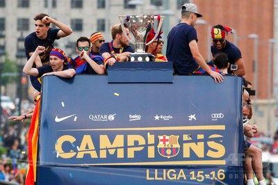 リーグ連覇のFCバルセロナ、市内で優勝パレード