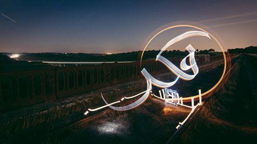 share 2015年7月25日土曜日 複雑な光の絵画技法を使用し、まるでホログラムのように立体的に見える光の書道とでも言うべきラインアート、完成度がかなりレベル高い!   フランス人アーティストのジュリアンブルトン(別名Kaalam)は、モロッコやニューヨークそしてフランスやインドなそ様々な場所でアラビア語で光の文字が浮かび上がる光の書道とでも言うべき「ラインアート」を発表している。 Light calligraphy Indian session