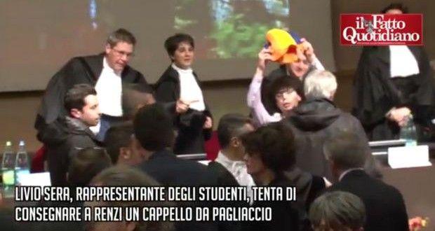 [VIDEO] Renzi a Torino: studente prova a dargli maschera da pagliaccio