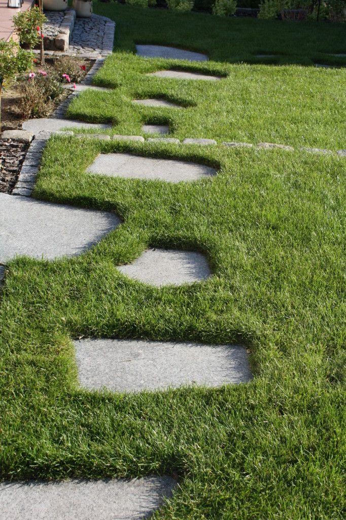 granitowe płyty w trawniku w ogrodzie przydomowym projektu autorstwa: PracowniaOkaz