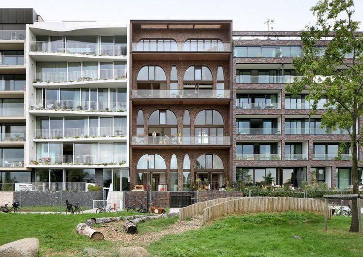 fp Голландская студия WE Architecten спректировала один из блоков жилого комплекса в стиле лофт. Его квартиры созданы по примеру старых просторных зданий, таких как склады и церкви. Проект названный Amselloft находится на берегу реки Амстел в Амстердаме.