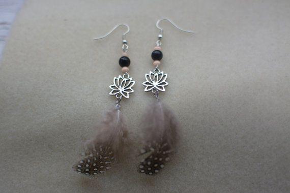 Boucles doreilles en métal et pierres semi précieuses, crochet en métal ou en argent (oreilles sensibles).  Pierre fine, l'agate noire permet de